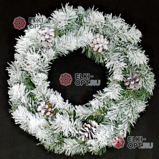 Венок новогодний заснеженный с шишками 50см цвет зеленый